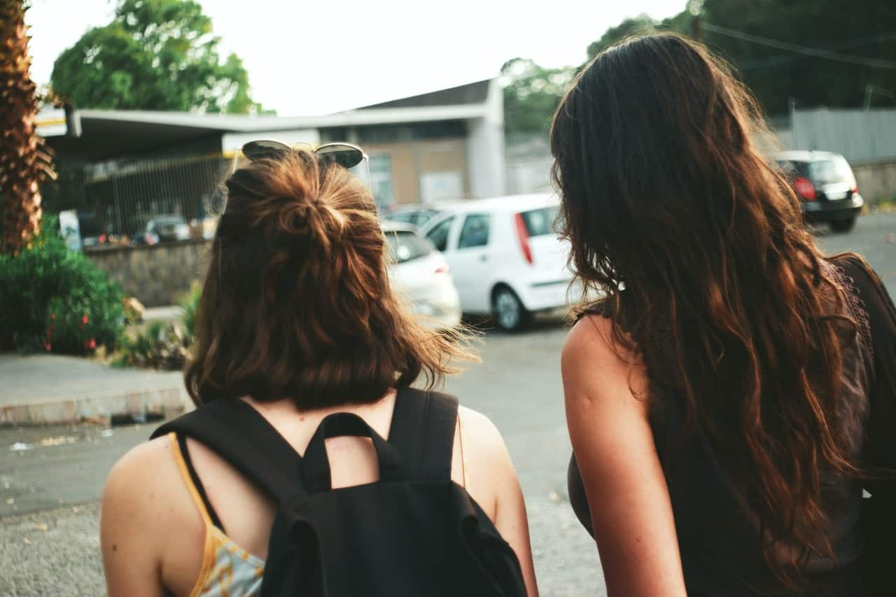 Zwei Mädchen nehmen sich ein Gap Year und sind auf großer Reise.