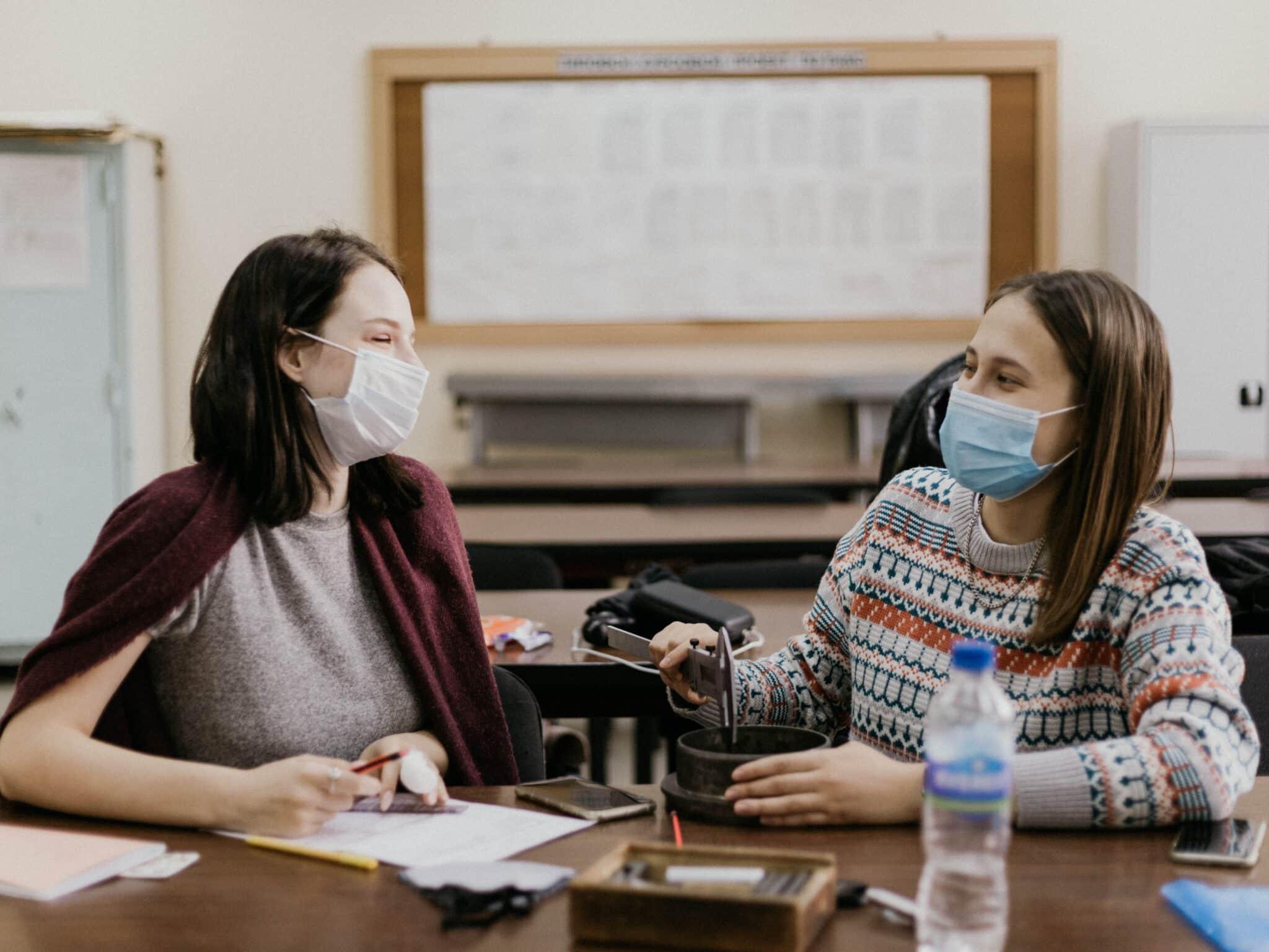 Schülerinnen im Präsenzunterricht mit Maske.